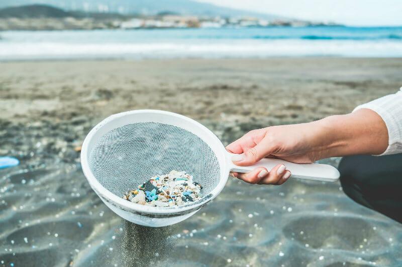 El impacto de consumir microplásticos es aún desconocido, sin embargo, podría liberar sustancias tóxicas a largo plazo.
