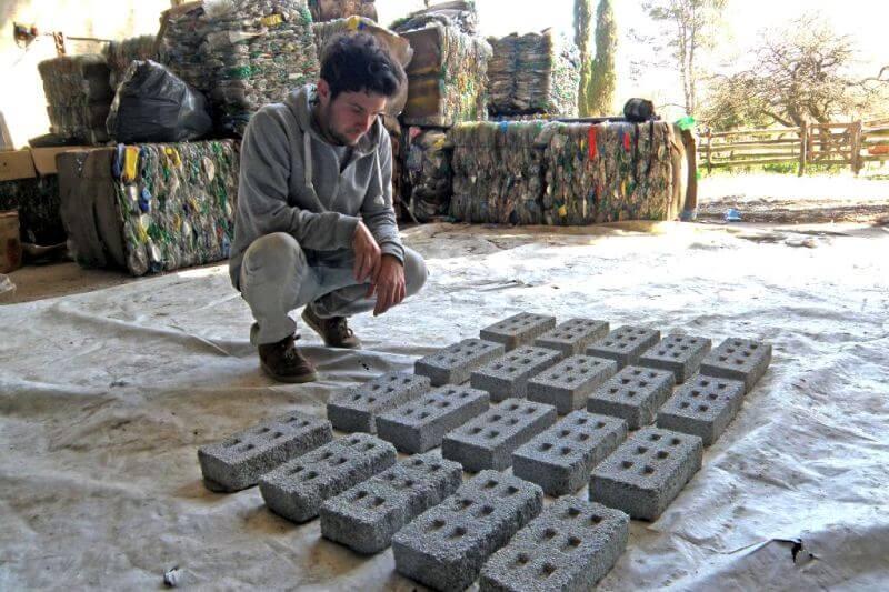 La fundación tiene como objetivo convertir los desechos plásticos en soluciones constructivas.