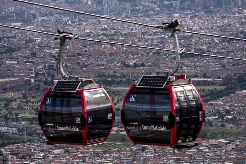 """""""TransMiCable"""" cuenta con paneles solares de cada lado, el cual transporta aproximadamente 20,000 residentes del vecindario sur de Ciudad Bolívar."""