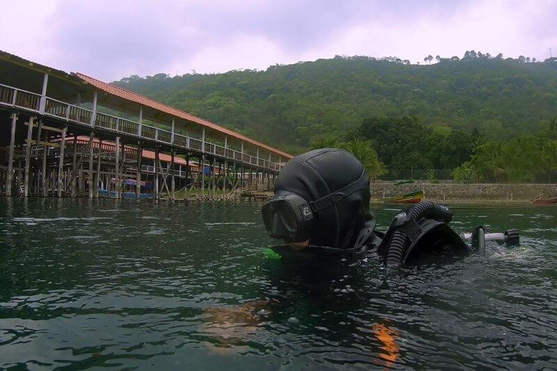 El documentalista salvadoreño, Ronald Blandón, nos muestra su nuevo corto-documental sobre la contaminación diaria que está contaminando el Lago de Coatepeque.