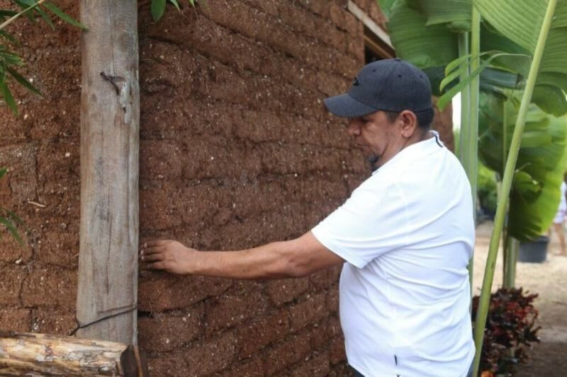 Este hombre aprovechó la crisis de sargazo en las playas de Quintana Roo para fabricar un material económico y ecológico para construir vivienda.