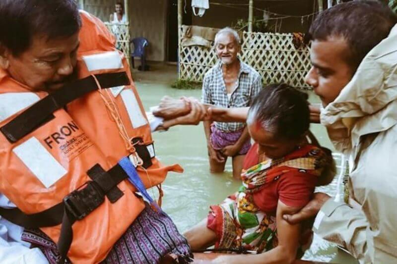 Crecientes inundaciones amenazan a pobladores de la India a causa de las fuertes lluvias monzónicas.