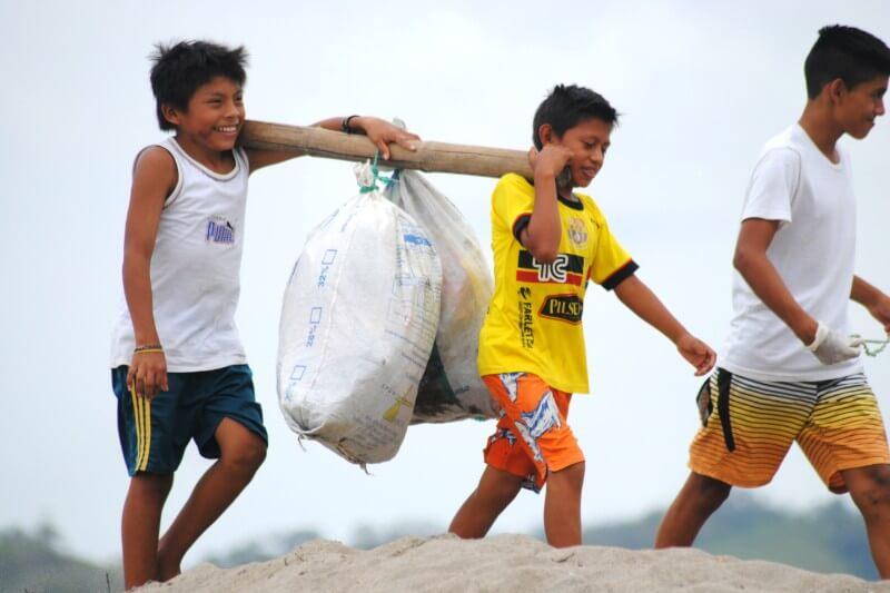 Esta organización busca educar a las comunidades para poder ser agentes del cambio y reducir la contaminación de plástico en el océano.