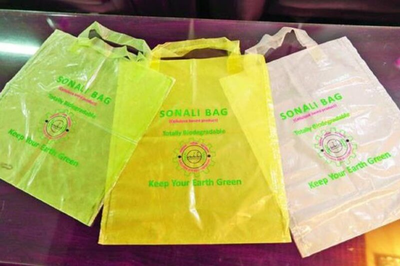 Las bolsas hechas de fibra de yute, un cultivo de larga data en Bangladesh, se ven y se sienten como plástico.