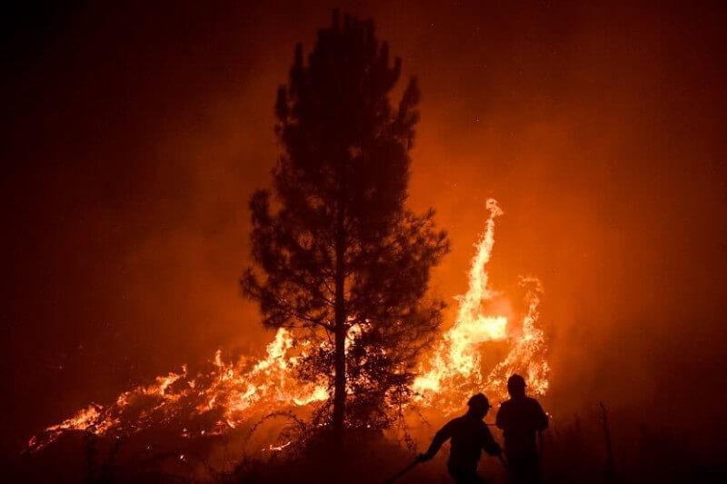Continúan los esfuerzos para extinguir el incendio declarado el sábado en el centro del país, Vila de Rei, que se extendió al municipio vecino de Mação.