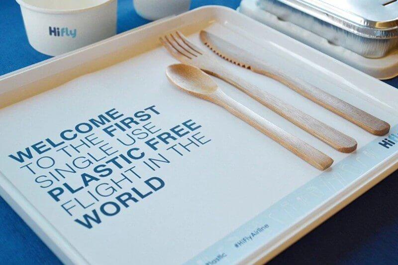La compañía Hi Fly reemplazó los cubiertos y contenedores de plástico por bambú y alternativas compostables hechas de material reciclado.