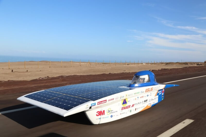 Esta organización chilena promueve la cultura solar por medio de talleres, carreras de autos impulsados por energía solar y construcción de casas sustentables.