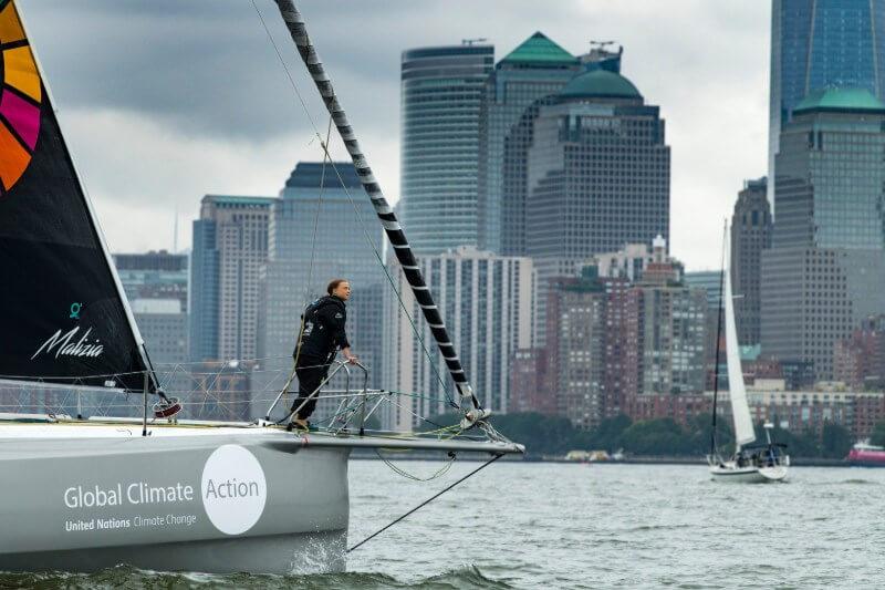 Tras 15 días cruzando el Atlántico, la activista adolescente pisó el suelo neoyorquino más tarde de lo esperado debido a un mar tormentoso.
