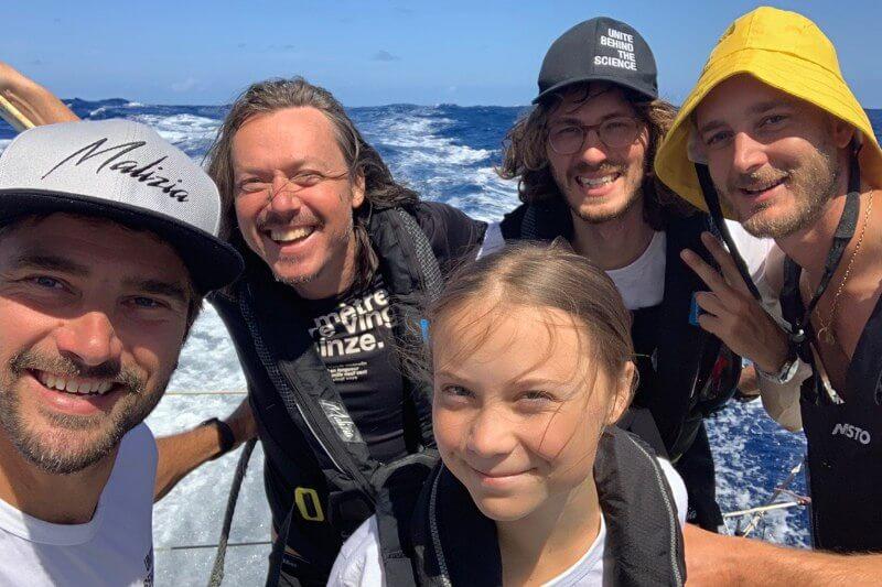 La joven activista climática zarpó en su viaje por el Atlántico, rumbo a Nueva York desde Gran Bretaña en un velero con energía solar y cero emisiones.