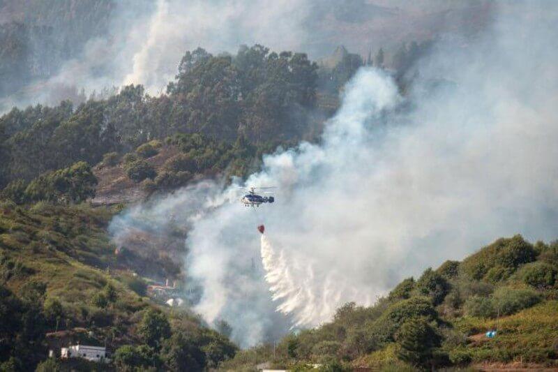 A pesar de que cuatro hidroaviones descargaron más de 1 millón de litros de agua contra el fuego y esfuerzos de 600 bomberos, el incendio ha seguido creciendo.