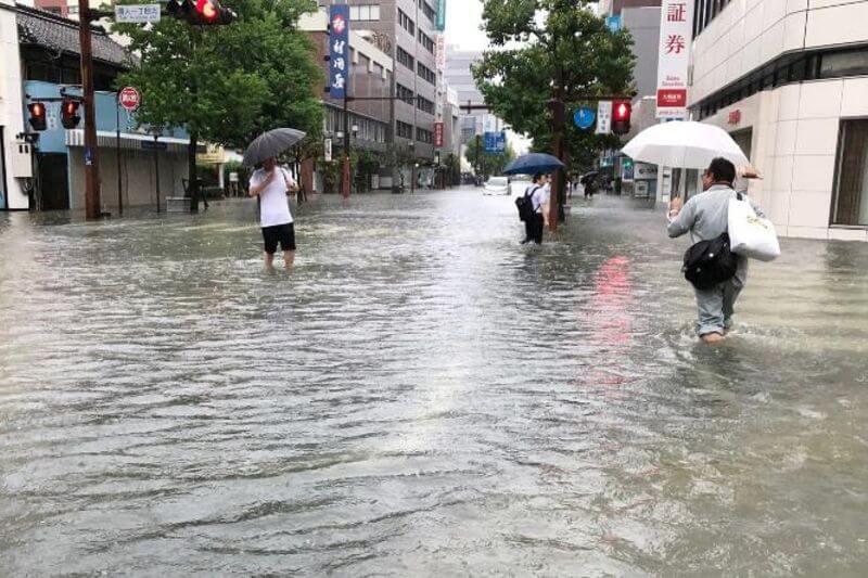 Cientos de miles de personas evacuadas por peligro de inundaciones y corrimientos de tierra.