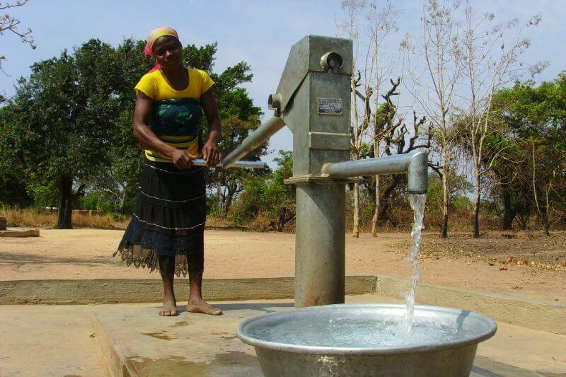 Residentes de Harare racionan los viajes al baño y se paran en líneas interminables para llenar baldes y latas en los pozos comunales ante la sequía.