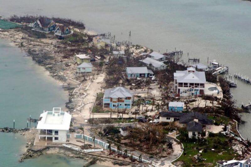 Barrios enteros bajo el agua. Residentes que usan botes y motos de agua para rescatar a sus vecinos, destrucción apocalíptica aparentemente en todas partes.