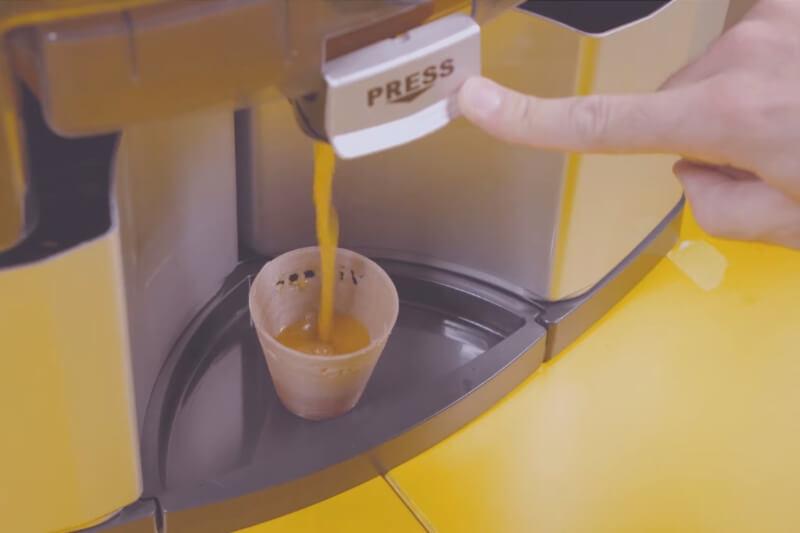 Este exprimidor utiliza las cáscaras de naranja sobrantes para imprimir vasos desechables en 3D y así beber el mismo zumo.