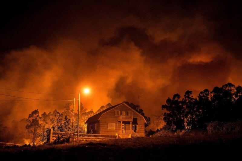 Los equipos de extinción trabajan desde el viernes en cinco fuegos activos y según estimaciones podrían llegar a perderse hasta mil hectáreas.