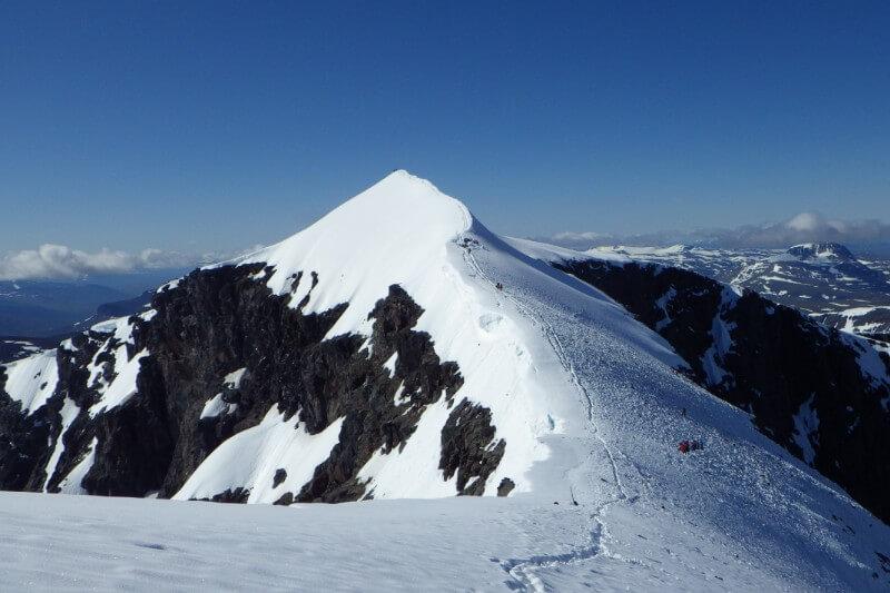 El glaciar que cubre la cumbre de este pico continúa disminuyendo debido al aumento de las temperaturas