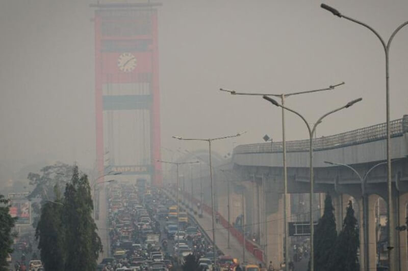 Incendios en Indonesia continúan intoxicando a zonas vecinas y causando problemas respiratorios.