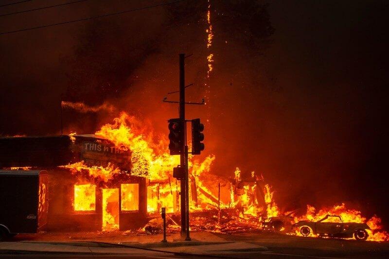 Dos empresas dijeron que podrían cortar el suministro eléctrico debido a los vientos secos que podrían afectar las líneas eléctricas y provocar incendios.