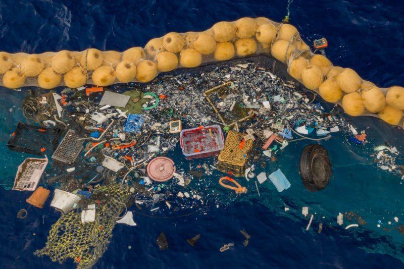 El enorme dispositivo flotante de 600 metros de largo ha capturado y retenido los escombros de la isla que es tres veces el tamaño de Francia.