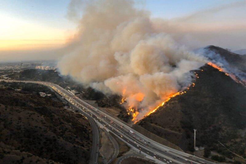 ya ha quemado casas y provocó evacuaciones, cierres de escuelas y autopistas desde la mañana.