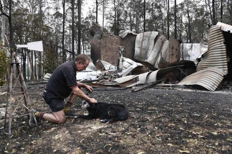 Cerca de 50 incendios forestales continúan ardiendo en las regiones costeras y del interior del norte de la ciudad.