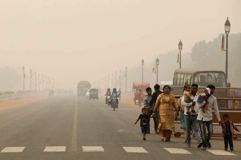 Autoridades restringieron a muchos vehículos que salieran de las carreteras de la capital en medio de una crisis de salud pública.