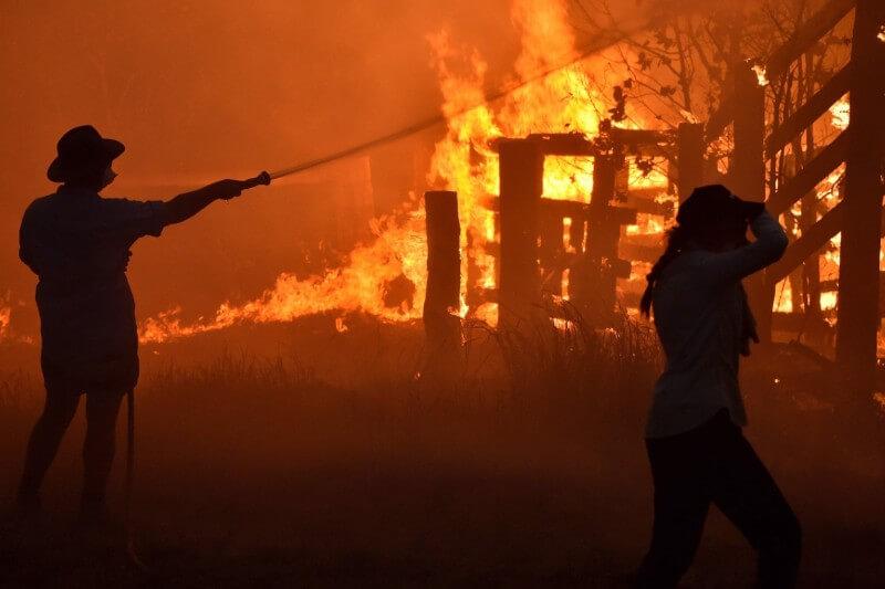 Al menos tres personas han muerto y 100 han resultado heridas por el fuego.
