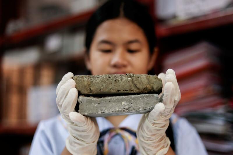 Como parte de un proyecto de investigación, los estudiantes reunieron y secaron excremento para perro, que luego mezclaron con polvo de cemento.