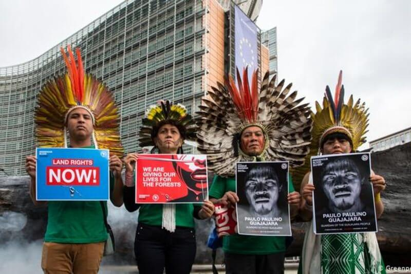 Un grupo de líderes indígenas brasileños quemó un tronco de seis metros ante la Comisión Europea para pedir que frenen la destrucción de la selva.
