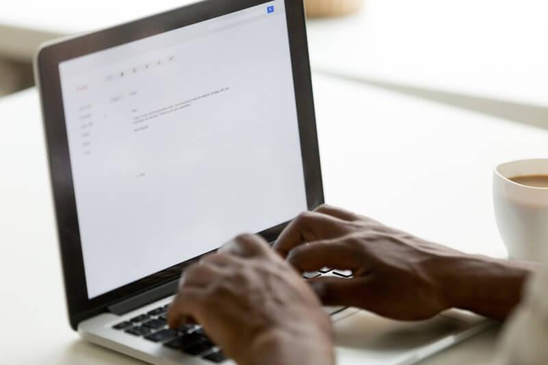 Si cada adulto en el Reino Unido enviara un correo electrónico innecesario menos al día, se ahorraría más de 16,433 toneladas de carbono al año, según estudio.