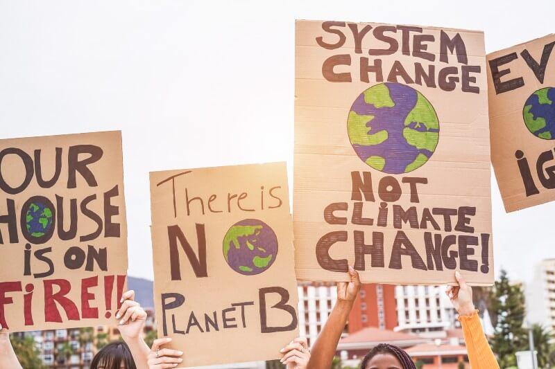"""La compañía de diccionarios lanzó una lista restringida totalmente ambiental que incluye """"acción climática"""", """"negación climática"""" y """"ansiedad ecológica""""."""