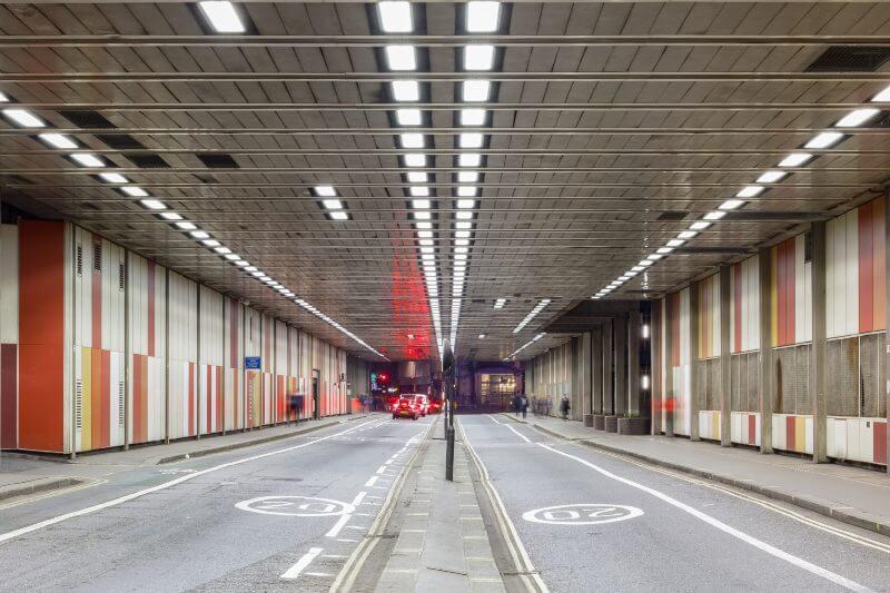 Los coches de gasolina y diesel estarán totalmente prohibidos en esta conocida calle del Barbican Estate durante las 24 horas del día.