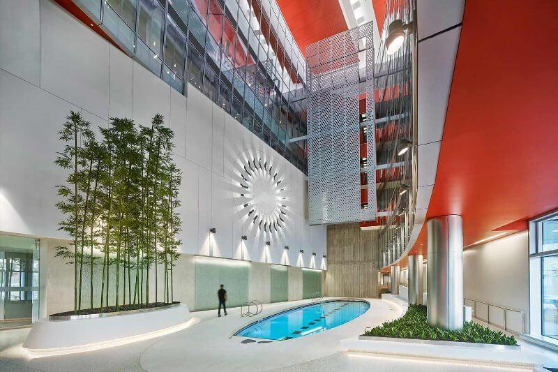 El edificio de 135,000 pies cuadrados se inauguró en 2018, es descrito por la compañía como el edificio comercial cero neto más grande del mundo.