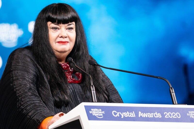 la artista y cineasta australiana Lynette Wallworth marcó la pauta para las discusiones de la semana sobre el cambio climático en la WEF.