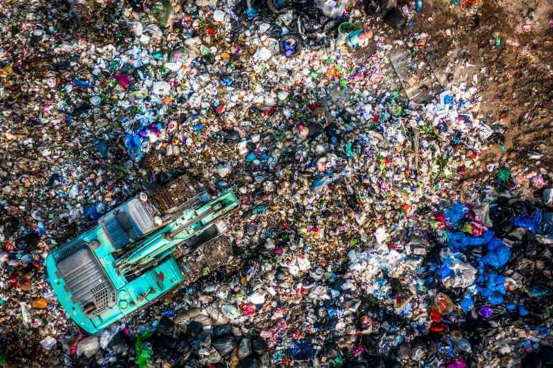 El uso no sostenible de los recursos está destruyendo el planeta, pero el reciclaje está cayendo, según un informe.