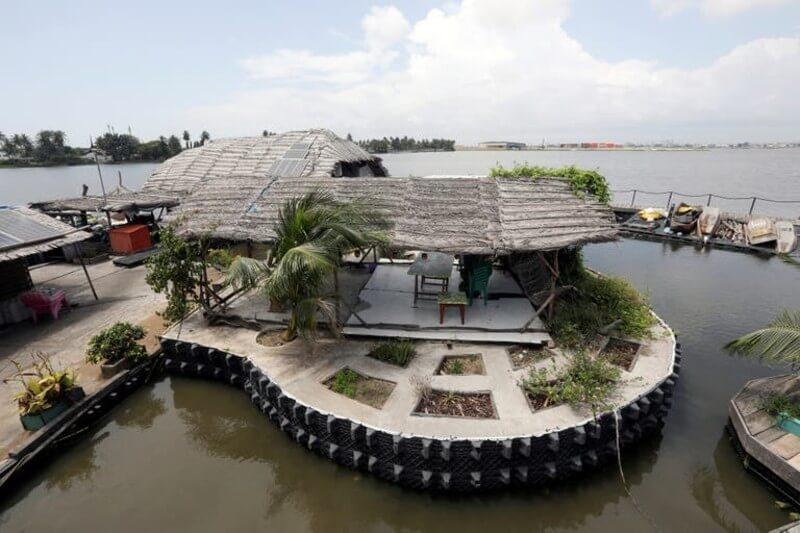 La plataforma sobre la que flota está hecha de alrededor de 700,000 botellas y desechos plásticos que juntan de las costas de los ríos, lagunas y mares.