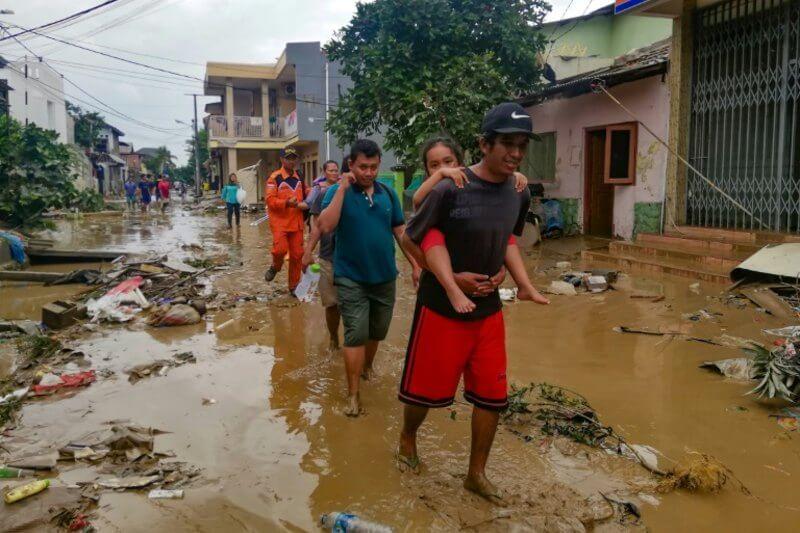 Son más de 200 residentes que buscan responsabilizar a las autoridades por su falta de asistencia en unas de las inundaciones más letales en años.