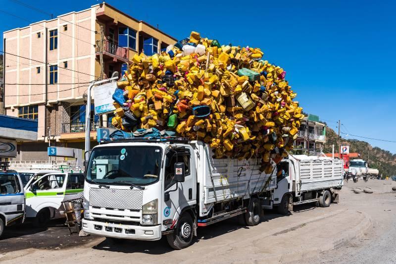 Casi 8,000 millones de toneladas de plástico que se han producido en la historia continúan existiendo, ya sea en vertederos o en el medio ambiente.
