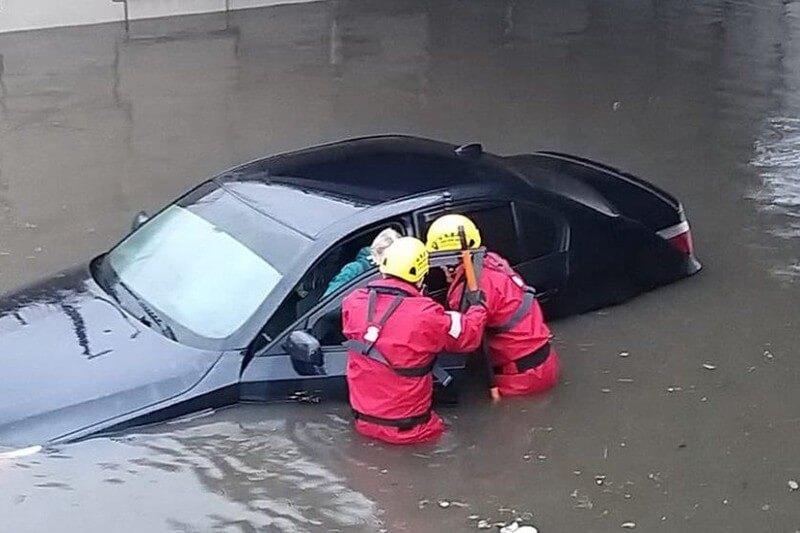 Se considera una de las tormentas más violentas del norte de Europa en años con al menos cinco personas muertas, vías inundadas y muchas áreas sin electricidad.