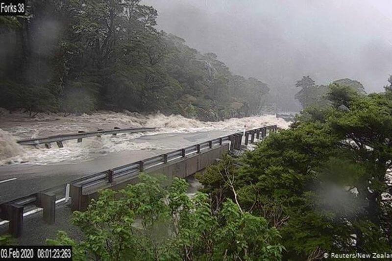 Cientos de turistas fueron evacuados de Milford Sound tras quedar atrapados cuando las crecidas y los aludes de lodo bloquearon el acceso por carretera.