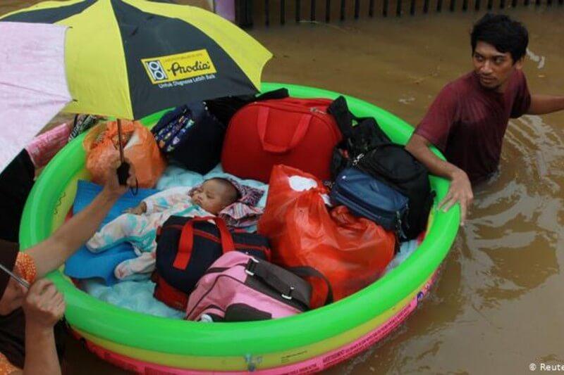 Las lluvias desbordaron más ríos a partir del domingo, haciendo que el agua turbia alcanzara los 1.5 metros en zonas comerciales y residenciales.