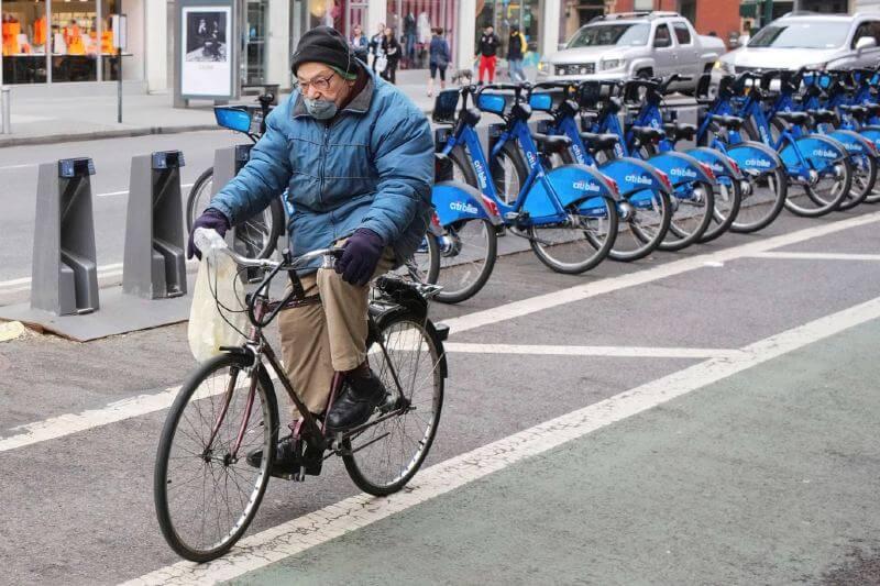 viajeros están cambiando a automóviles y bicicletas por temor a contraer coronavirus.
