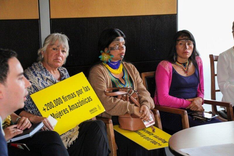 AI entregó a la Fiscalía más de 250,000 firmas para pedir que se investiguen los ataques y amenazas contra mujeres amazónicas.
