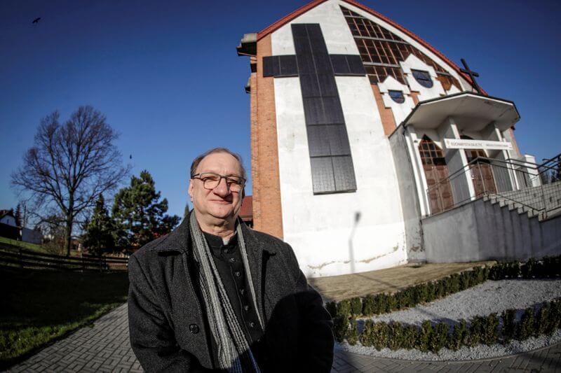 Sacerdote polaco instala cruz de paneles solares