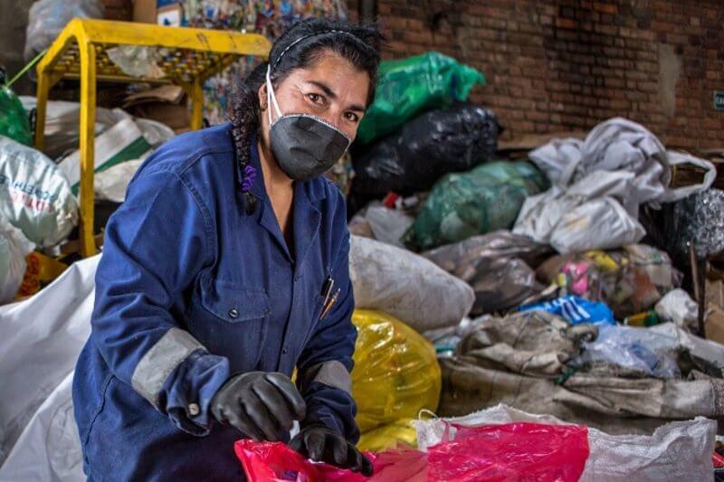 Chilenos luchan contra el coronavirus para mantener el reciclaje activo