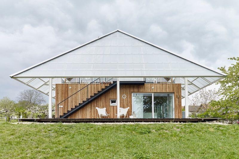 Casa que tiene un invernadero en el techo