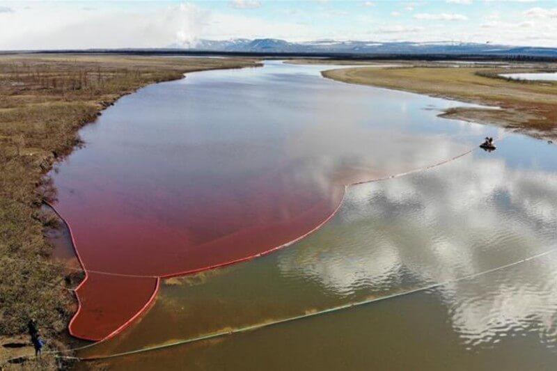 Rusia en emergencia ecológica por derrame masivo de combustible