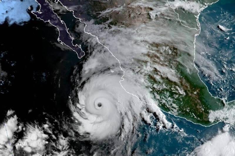 Huracán Genevieve golpea México