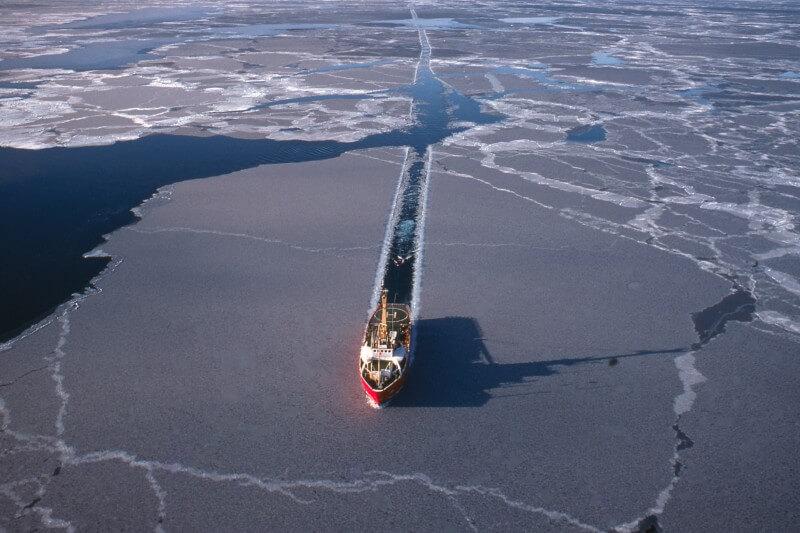 Barcos invaden aguas polares de Ártico derretidas