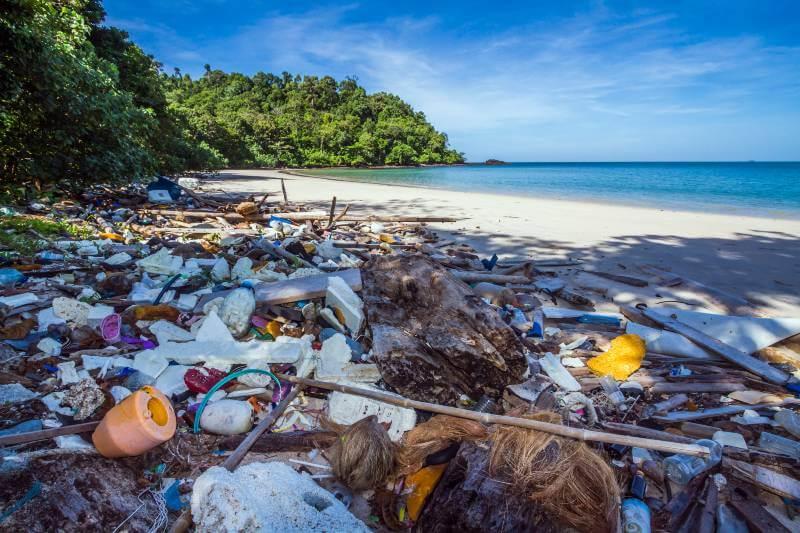 Hay más envolturas de alimentos que colillas de cigarros en las playas